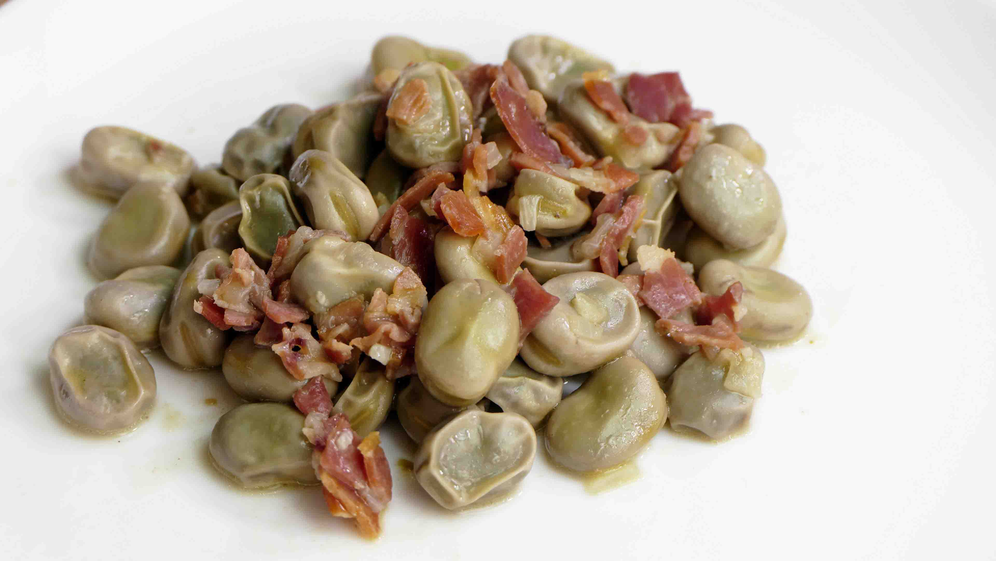 Broad beans with bacon