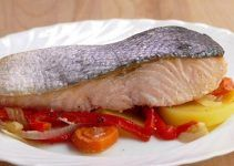 Baked salmon with vegetables. A simple and healthy form to make this delicious fish. It is very easy to make at home with help of the oven.