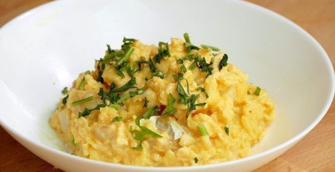 Scrambled eggs with cod. It is a very easy recipe. It is ideal when you don´t have many time to cook at your home. Cod will give more flavour to this dish,