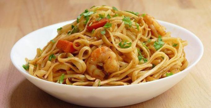 Chinese noodles with prawns. This is a traditional chinese recipe very easy to make at your home with few ingredients. It is a very healthy dish.