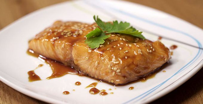 Baked salmon with soy sauce. A different way to make this delicious fish. In this occasion we are going to prepare a soy sauce with sesame to accompany it.