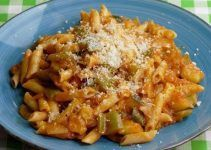 Vegetable macaroni recipe. This is another form to prepare this pasta. In this occasion we are going to accompany it with delicious vegetables. Try it!