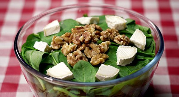 Spinach salad with walnuts. It's a different salad very healthy and easy to make at home. It combine some kinds of flavours to obtain a delicious recipe.